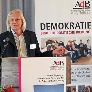 """Ulrich Ballhausen, Vorsitzender des AdB, eröffnet die Fachtagung """"Globale Migration - Zuwanderung, Flucht und Asyl im Fokus politischer Bildung"""""""