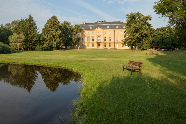 Schloss Trebnitz mit anliegendem Park