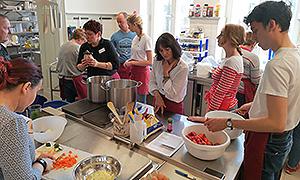 Die Hauswirtschaftsleiter*innen beim gemeinsamen vegetarischen Kochen