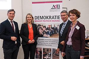 Rocco Wilken, Bürgermeister von Vlotho, Julia Stute, Fraktionsvorsitzende der CDU im Stadtrat von Vlotho, Christian Dahm, MdL NRW, sowie Ina Bielenberg, AdB-Geschäftsführerin (v.l.n.r.)