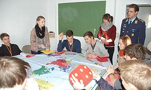 Zusammenarbeit zwischen Soldatinnen/Soldaten und Schüler/-innen im Rahmen eines sicherheitspolitischen Projekts, bei dem auch ein Planspiel zum Einsatz kommt / Foto: Martin Kaiser