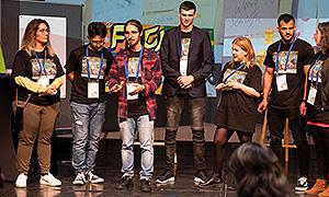 """Teilnehmende aus dem Projekt """"Jugendliche aktiv gegen Vorurteile"""" der Evangelischen Jugendsozialarbeit Nürnberg präsentieren ihre Projektergebnisse."""