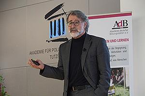 Professor Dr. Wolfgang Merkel vom Wissenschaftszentrum Berlin für Sozialforschung bei seinem Vortrag