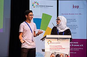 Mohammad Ahmad und Rama Akar, zwei junge Teilnehmende aus der HÖB e.V., präsentieren Ergebnisse auf der Abschlussveranstaltung