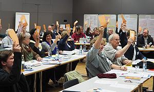 AdB-Mitglieder bei der Abstimmung während der Mitgliederversammlung