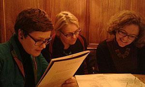 Referentin und Kommissionsmitglieder im Gespräch