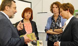 Parlamentarische Staatssekretärin Frau Caren Marks und Abteilungsleiterin Jugend, Frau Bettina Bundszus-Cecere, am Stand der GEMINI