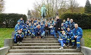 Die Teilnehmenden zusammen mit dem Altenaer Bürgermeister, Dr. Andreas Hollstein, und den anderen Gästen am Gustav-Selve-Denkmal