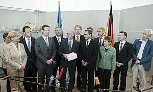 Übergabe des Abschlussberichtes des NSU-Untersuchungsausschusses an Bundestagspräsident Dr. Norbert Lammert