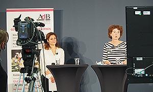 Die Projektleiterin Rebecca Arbter und die AdB-Geschäftsführerin Ina Bielenberg eröffnen die Tagung