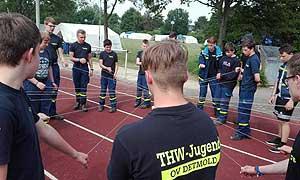 """Die Jugendlichen üben sich in Teamarbeit beim Spiel """"Teamkran"""""""