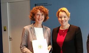 Bundesjugendministerin Dr. Franziska Giffey überreicht Ina Bielenberg die Berufungsurkunde