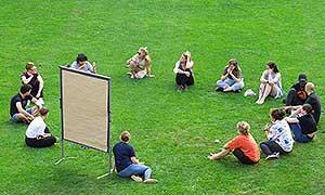 Teilnehmer*innen der Sommerakademie bei einem Freiluftworkshop