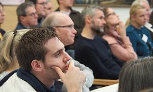 Teilnehmende lauschen den Vorträgen während der Fachtagung.