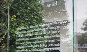 Installation Grundgesetz 49 von Dani Karavan am Jakob-Kaiser-Haus des Deutschen Bundestags; Foto: AdB